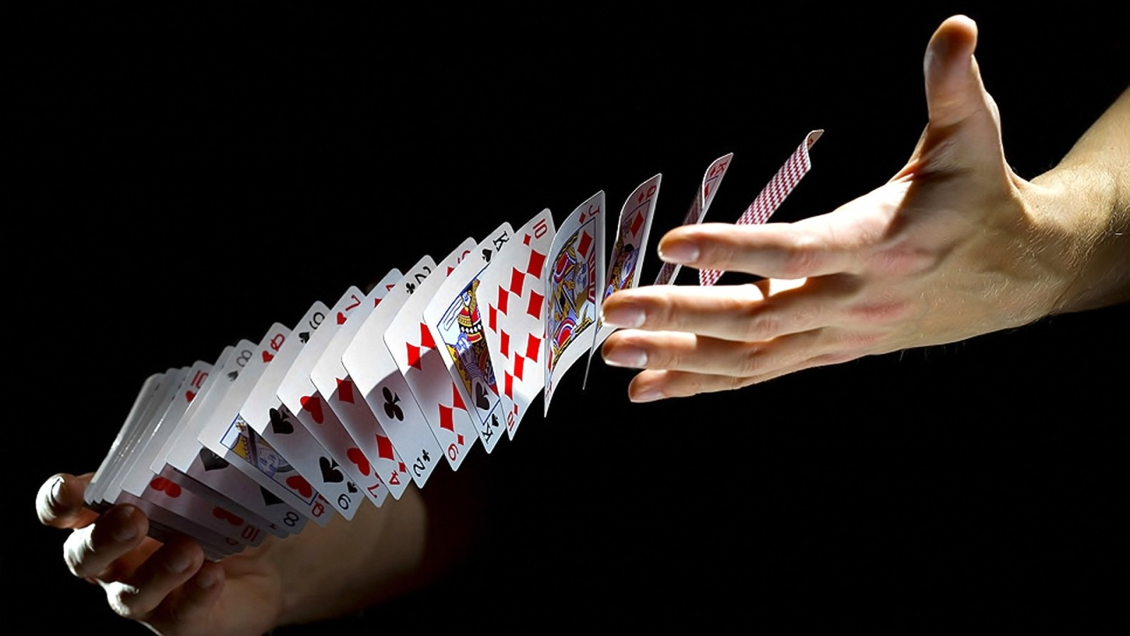 Карты покер руки обои 1600х900 картинки
