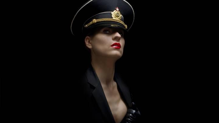 Обои картинки фото девушка в военной